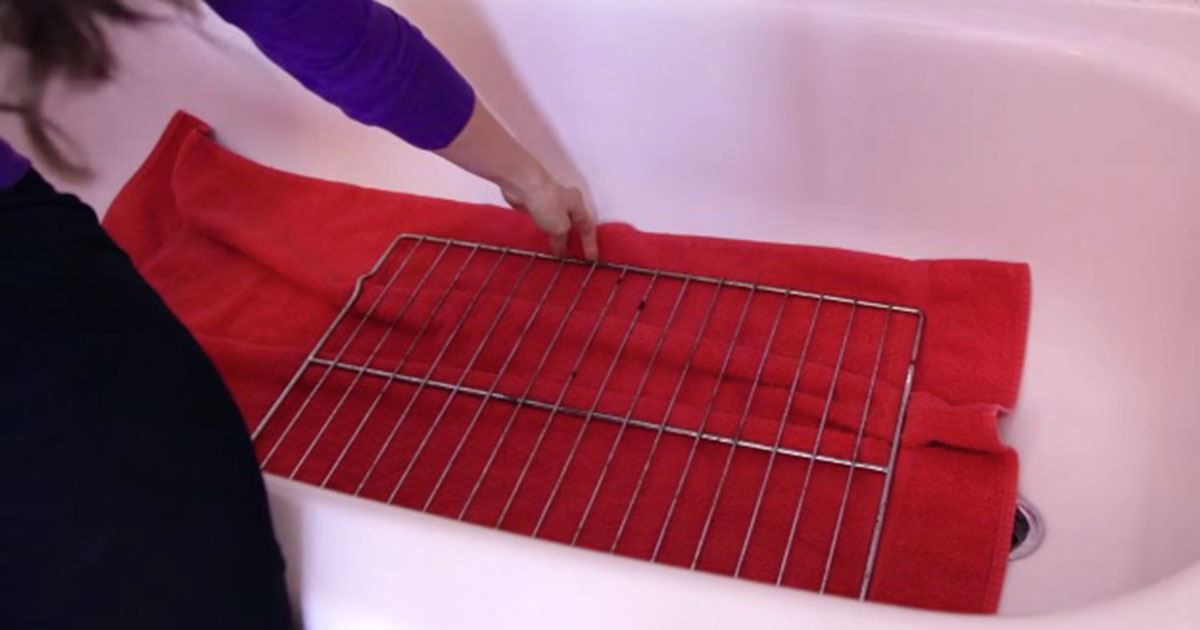 Say good bye to the dirty oven grids thanks to this ingenious cleaning trick